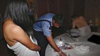 现场:警方突袭酒店 卖淫女赤裸躲窗帘后被一把揪出