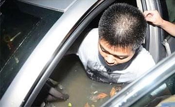 原来汽车被淹时,这样可以打开车门!