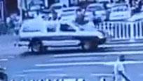 实拍公务车斑马线撞飞两父子 司机不肯下车救人
