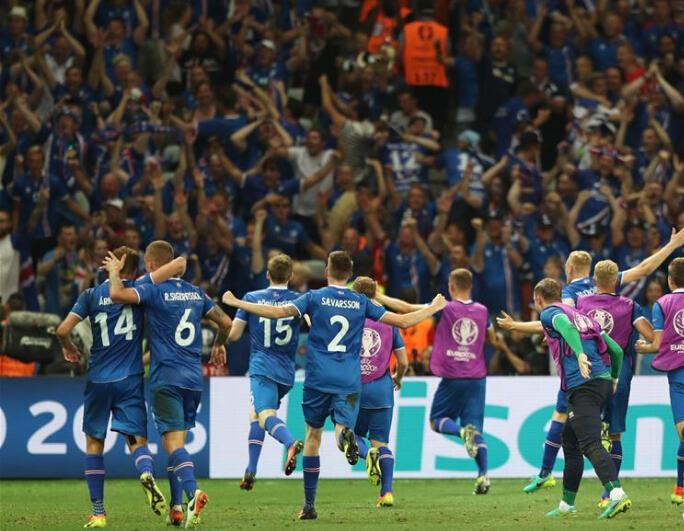 吼……吼……吼……吼吼……还记得赛后冰岛球迷与球员一起的霸气