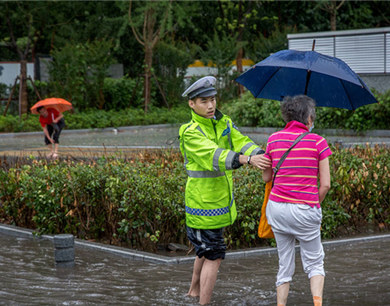 暴雨中的南京城:多路段积水 市民涉水出行