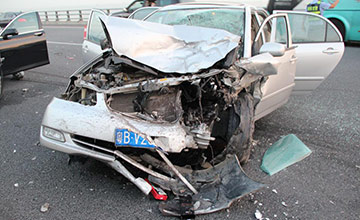 深圳:女子坐后排未系安全带 撞车窗身亡现场