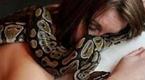 宠物蟒蛇每晚缠着女子睡觉并绝食 真相骇人