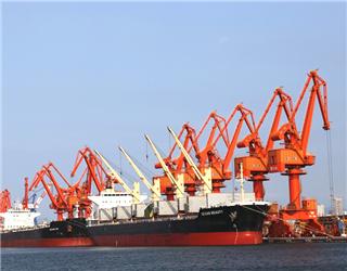 营口港演绎传统港口转型升级