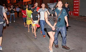 广东:女子被戴上黑头套当街押走