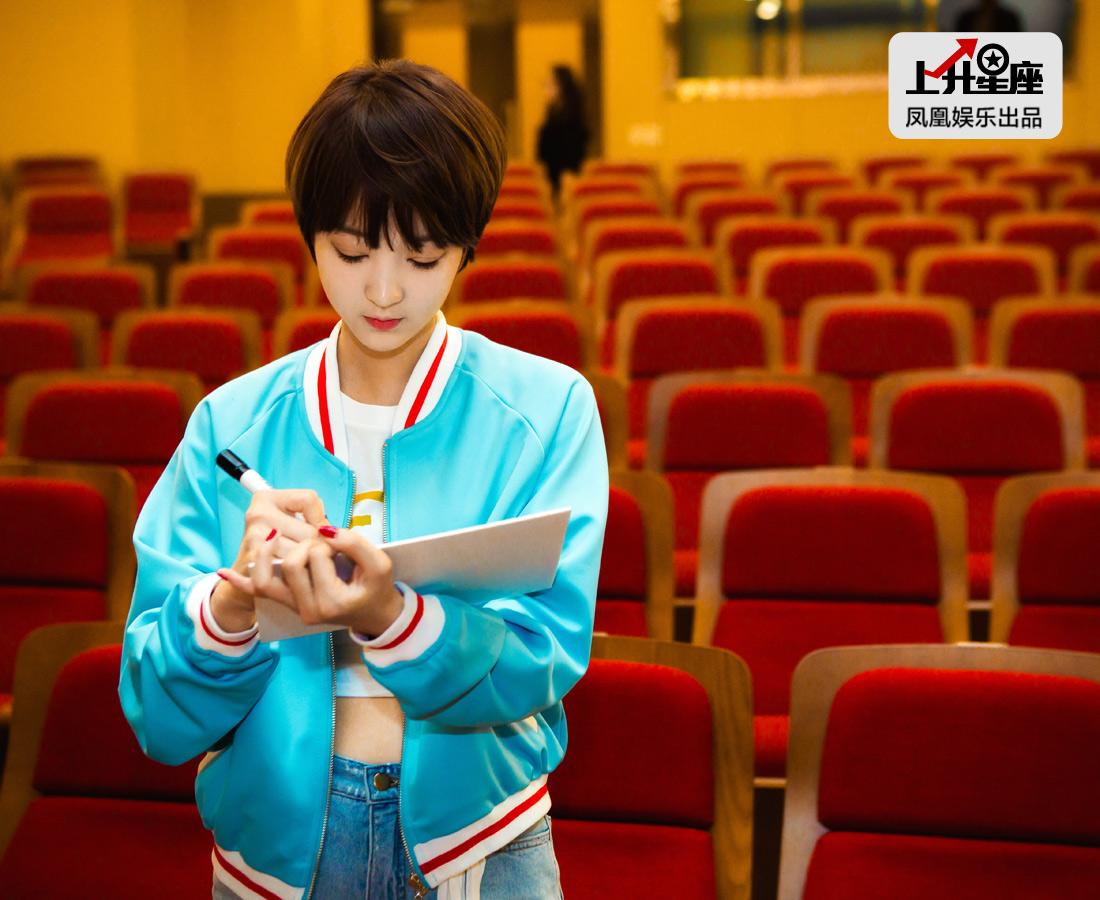 采访结束后,EXID成员特别为上升星座签名。