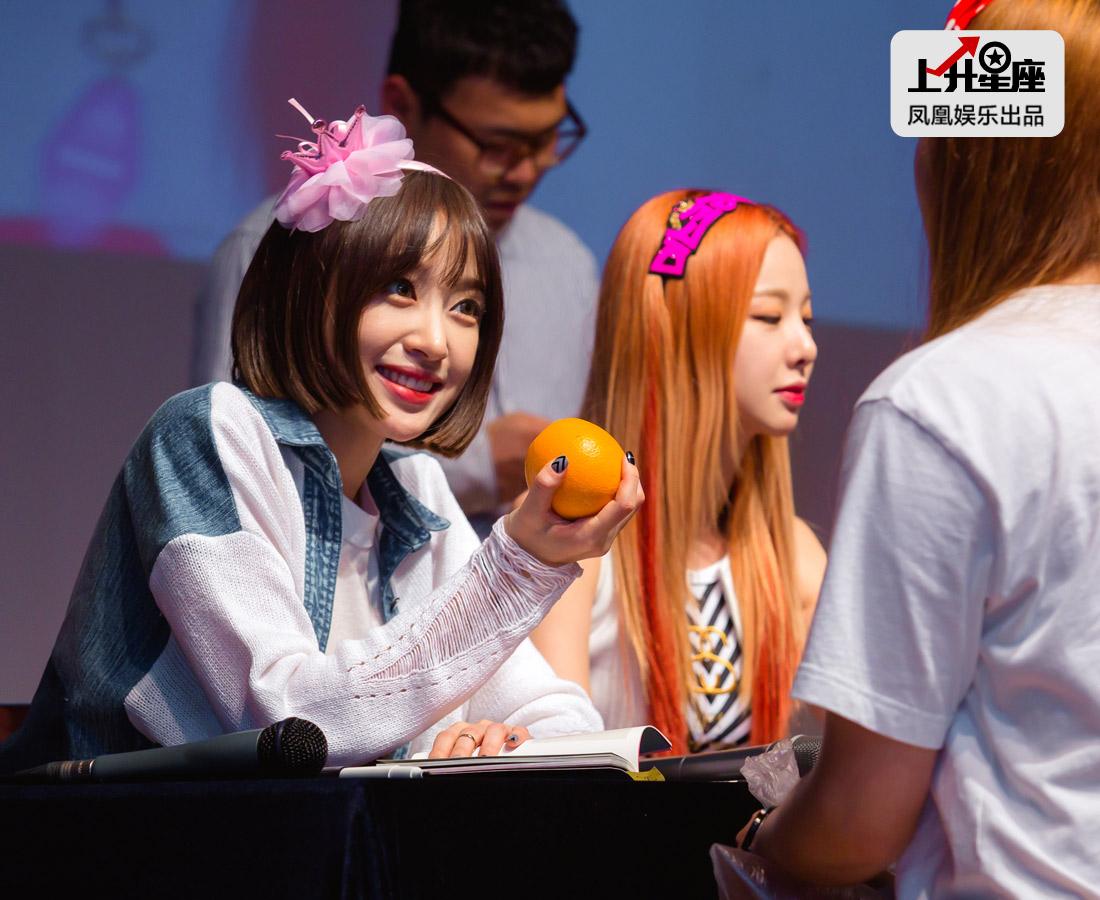 EXID如今有这么耀眼的成绩,除了自身实力和运气之外,最大的源动力就是来自粉丝。现场有贴心女粉丝给每位成员送上橘子,韩语谐音寓意为永远开心。