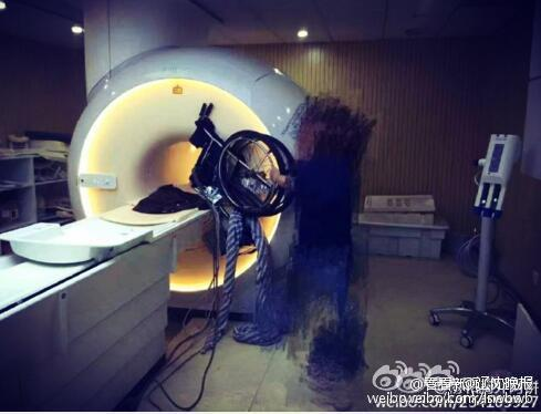 家属不听劝把轮椅推进核磁共振房间 300万没了(图)
