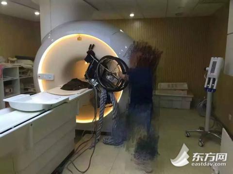 """轮椅""""吻""""上核磁共振仪 医院:维修费不需300万"""