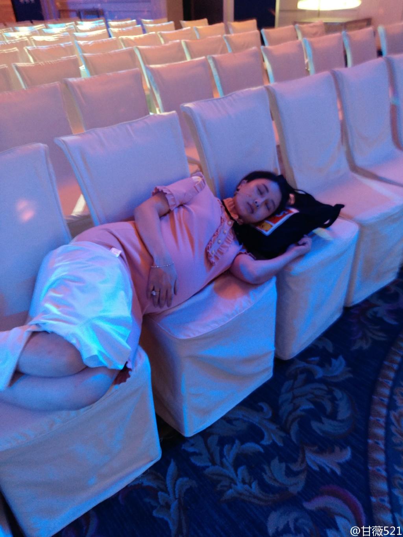 太拼!甘薇挺临盆孕肚工作 椅子排一排直接睡(图)【有看点】