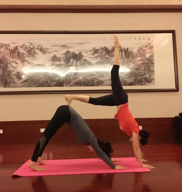 【美人鱼乐】董璇关悦产后练双人瑜伽 身体软得像耍杂技(图)