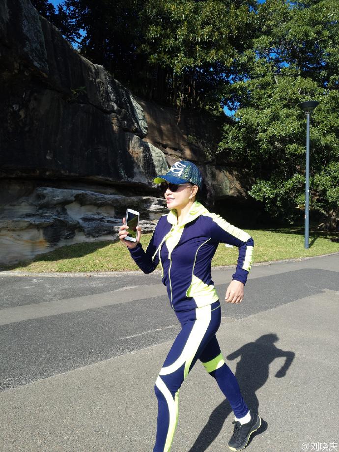 """""""照片中,刘晓庆穿一身紧身衣,头戴鸭舌帽,沿着海边跑步,身材凹凸有致."""