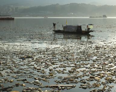 三峡水库聚集大量漂浮垃圾 工人冒酷暑打捞