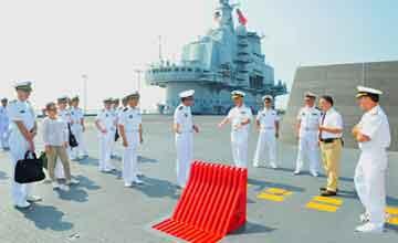 美海军作战部长参观辽宁舰甲板机库 罕见细节曝光