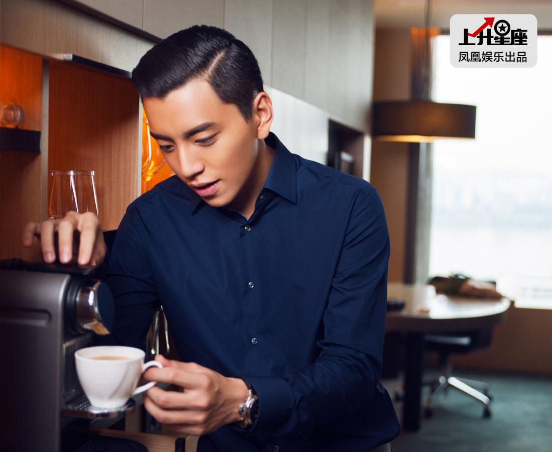 凌晨才到韩国,一早就开工的王大陆准备泡点咖啡提提神。小鲜肉出道8年,凭借《我的少女时代》一炮而红,真的是天时地利的巧合?当然不是,成功的秘诀与他的勤奋刻苦是分不开的。