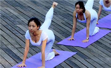 美女黄山练瑜伽大秀好身段