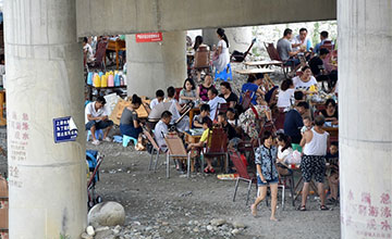 水库泄洪 还有人在河道玩水、吃烧烤