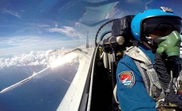 座舱实拍PL12发射瞬间 海航在南海上空实弹演练
