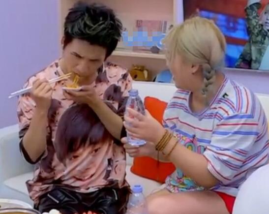 【星娱TV】大张伟穿千玺头像T恤 张翰:网上也有我一款
