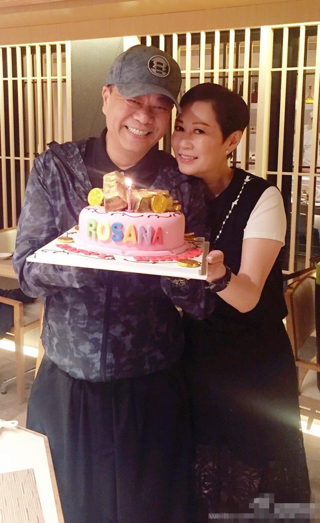 【星娱TV】超甜蜜!欧阳震华手捧蛋糕为老婆庆生