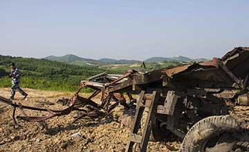 空军对地攻击实弹演习 车辆被打爆残骸飞出百米远