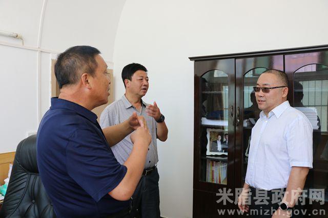 米脂县委书记王国忠走访看望县委,县人大,县政协机关干部图片