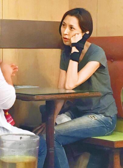【星娱TV】刘青云48岁娇妻素颜不输少女 有爱的女人最美!