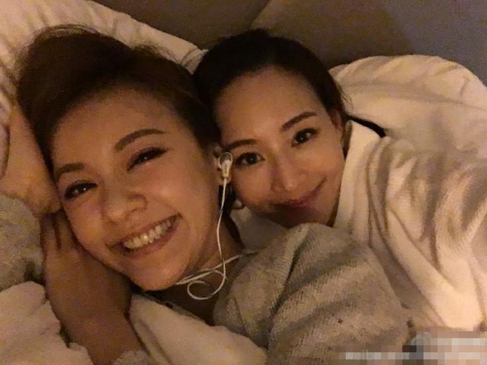 【星娱TV】张钧甯与陈意涵躺床上自拍:珍惜成为闺蜜的缘份