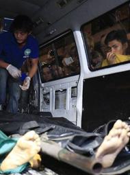 菲律宾:毒贩被杀 民众围观拍照