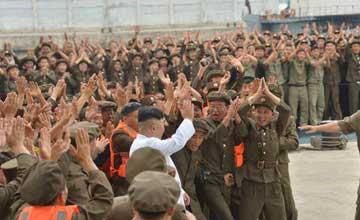 金正恩指导潜射弹道导弹 情难自禁与军官热情拥抱