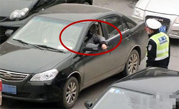 夏季开车,老司机为什么喜欢开一侧车窗?