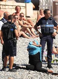 警察强制穆斯林妇女脱下泳衣一幕