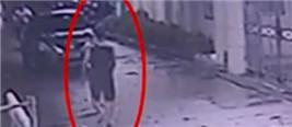 监控:男子持枪与民警激烈