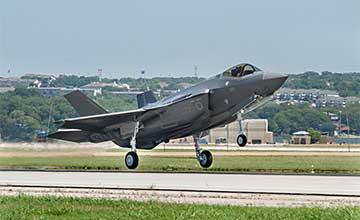 日本首架F-35A在美国首飞 意图对抗中国歼-20