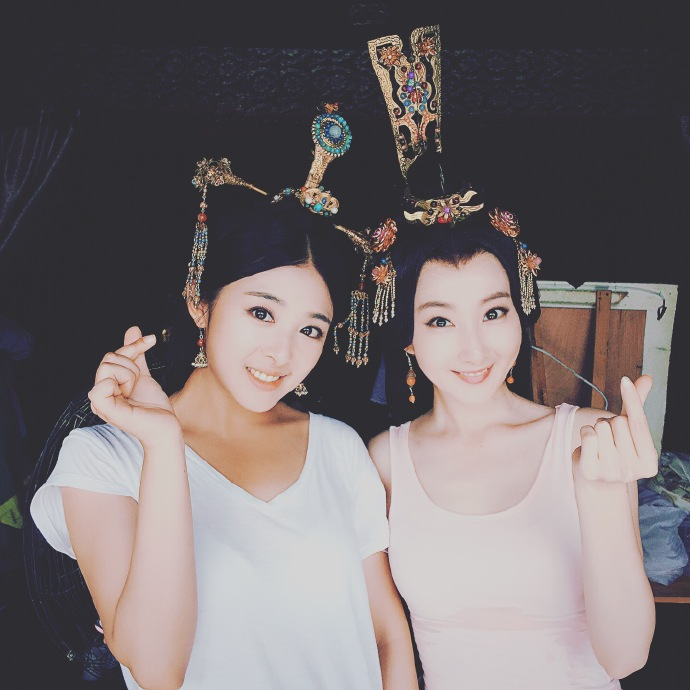 【星娱TV】张含韵晒和好友自拍照 脖子和脸两个色