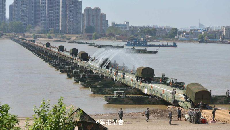 26 分 40 秒!中部战区陆军架 1150 米浮桥横跨长江