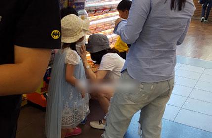 李英爱带龙凤胎儿女逛街 蹲地选食物