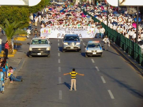 這個小男孩「螳臂當車」的照片一夜間火遍全球