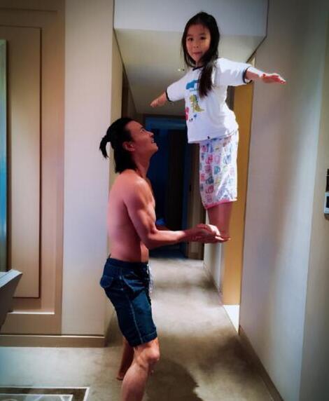 """这才叫做小公""""举""""!张晋双手托举女儿站立"""