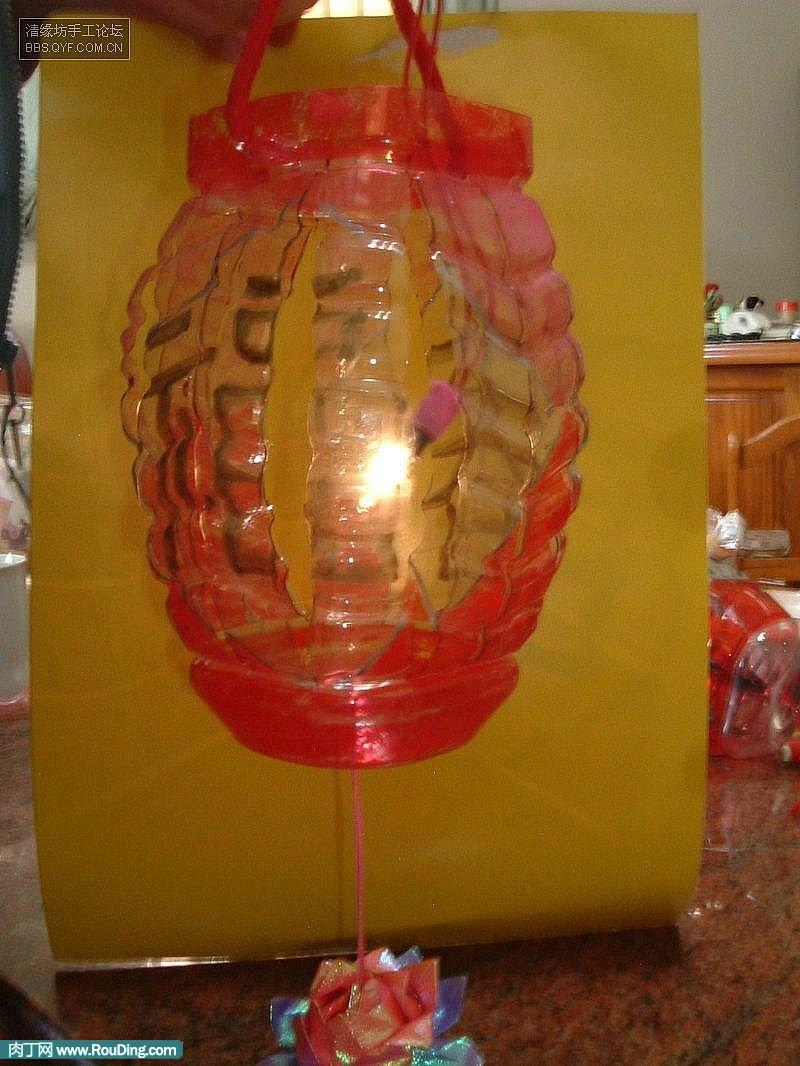 需准备原料: 1、市面售得方形大宝特瓶一支(方形比圆形容易裁割)。大得可乐瓶也可以。 2、麦克笔(可以自由选择Like得色彩,可所选色彩不宜太淡,这原因是是透明质材,色彩太淡表现不出色彩)。 3、棉线一条(用来固定灯笼与小灯泡管)。 4、去书局买灯笼专用灯泡管(15-30元不等)。这原因是宝特瓶怕热,因此不适合用蜡烛,能变形。 5、靓工刀一支。 6、宝丽龙球、彩色丝线数条(最后装饰用)。 科技小制作方法: 1、将宝特瓶上半部(1/3处割开),小朋友请爸妈帮忙切割喔!