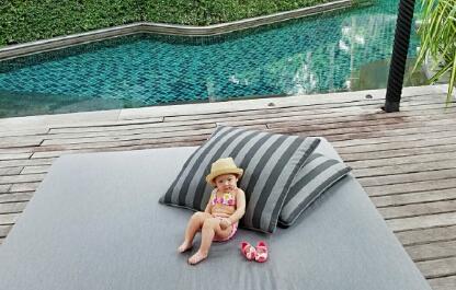 张梓琳晒女儿泳装写真照