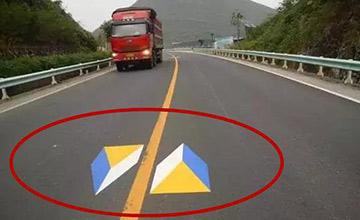 路面上这些奇怪的标志是什么?一不注意就违章
