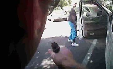 男子被警察枪杀前一幕