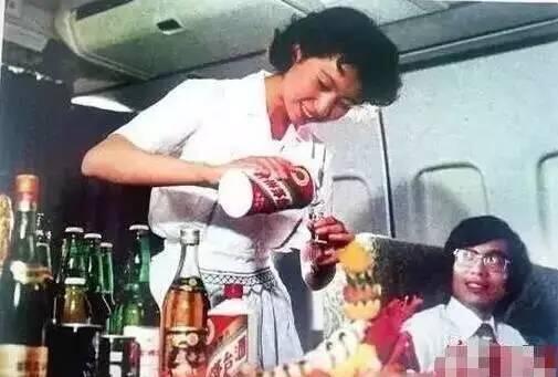 30年前旅游是什么样?飞机上的饮料是茅台