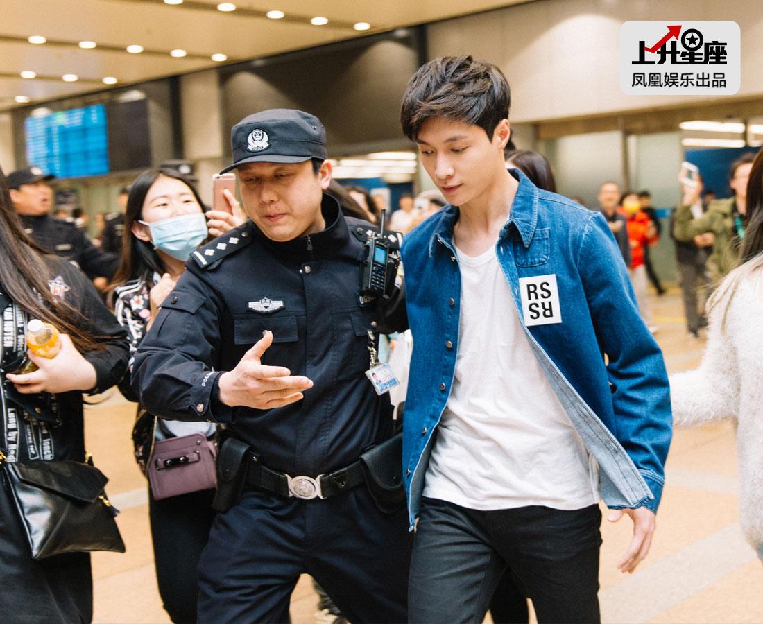 这次与张艺兴的碰面很特殊,小编早早来到候机厅融入粉丝群,等待这班韩国的飞机降落。艺兴一出现,粉丝们都沸腾了。面对亢奋的人潮和呼喊声,他微微笑着,但可以看出他有些疲惫。