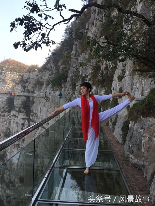 青天河高空玻璃栈道练瑜伽