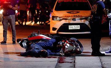 菲律宾一警察当街被杀 家属含泪送别