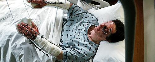 """开车玩手机?""""奇异博士""""掉悬崖 外科医生毁双手"""
