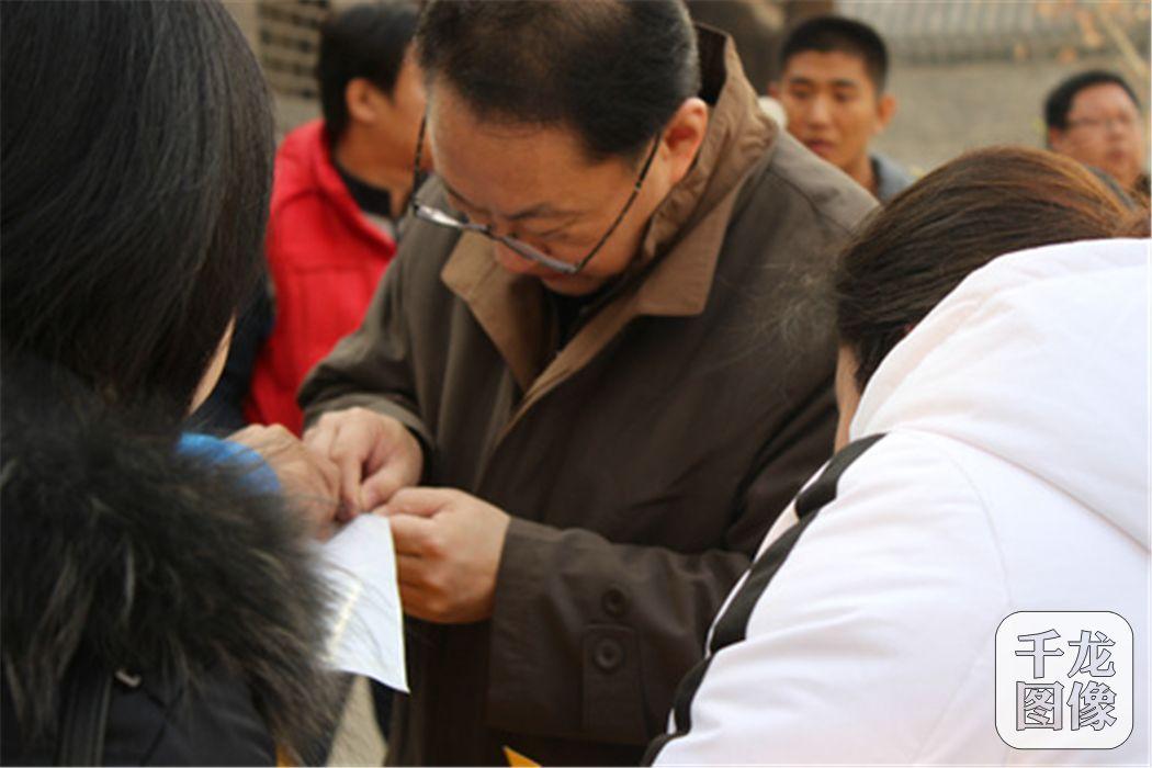 北京多部门开展打击非法集资宣传活动 张贴宣传海报