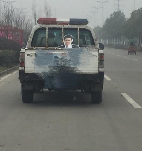 警车载着彭于晏的人形立牌